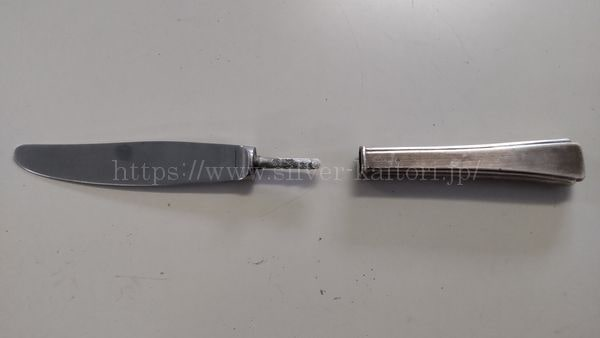 柄の部分がシルバーのナイフ